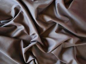 Tamsiai pilkas satininis pagalves uzvalkalas